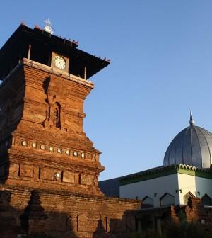 1024px-Masjid_Menara_Kudus