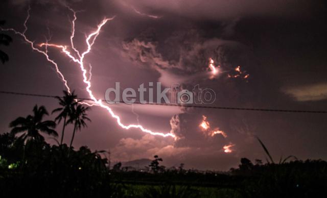 FFoto kilatan petir di Gunung Kelud. Oleh : Afif