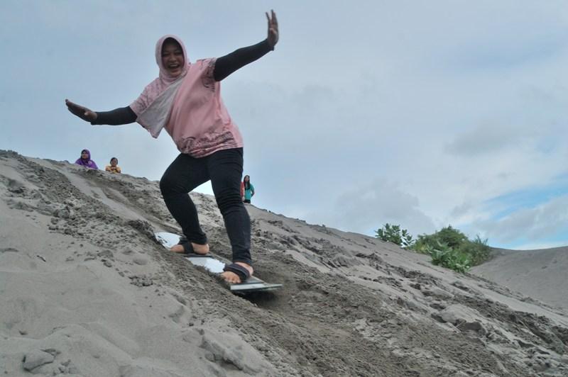 Serunya Sandboarding di Gumuk Pasir Parangkusumo
